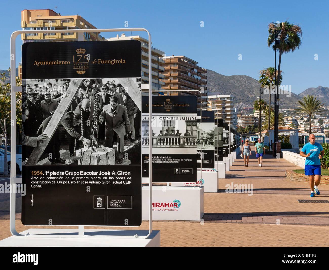 Ausstellung alter Fotografien auf der Promenade. Fuengirola, Provinz Malaga Costa del Sol Andalusien Süd, Spanien Stockbild