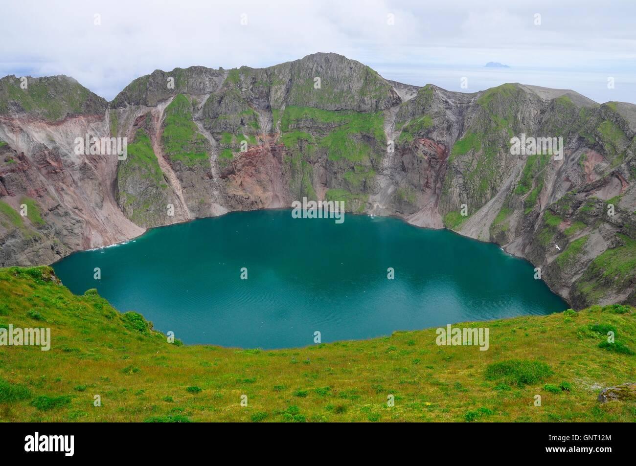 Luftbild von der Vulkankrater See Kasatochi Insel weniger als 24 Stunden vor dem Vulkanausbruch heftig mit wenig Stockbild