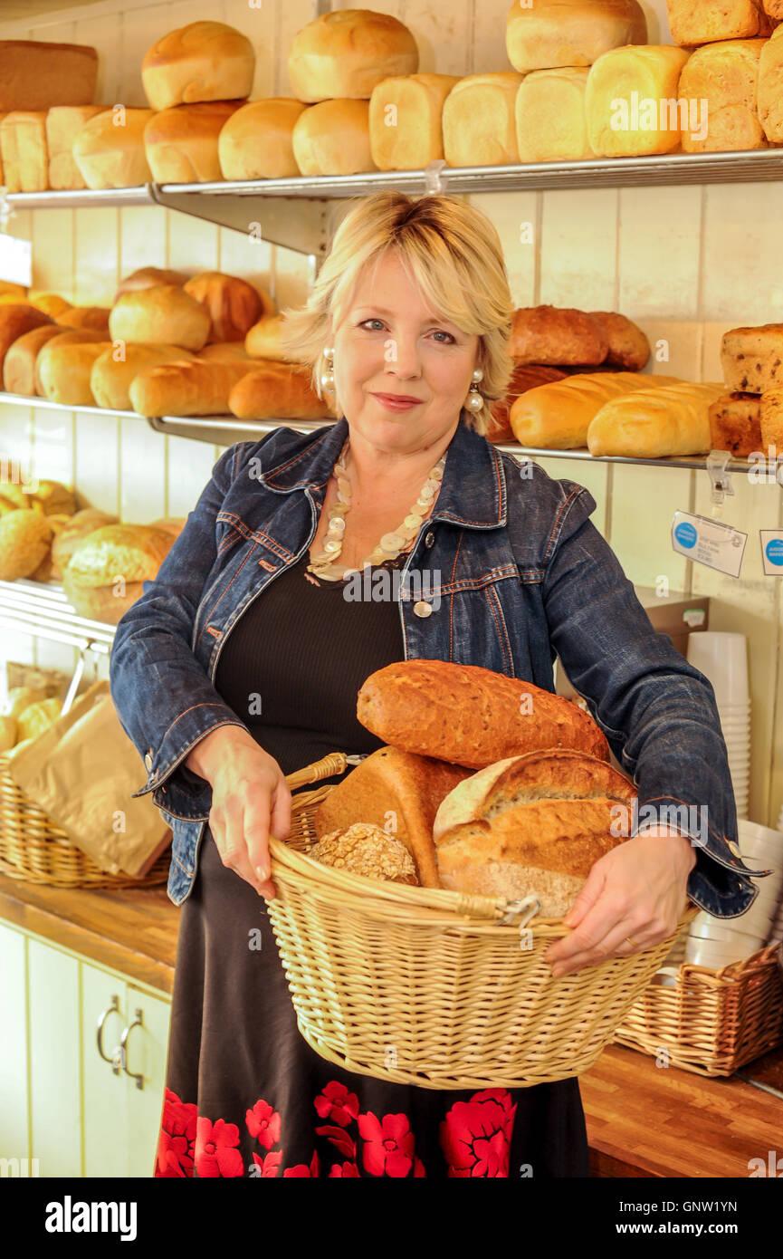 Jo Fairley, in Richters Bäckerei, Hastings, East Sussex. Stockbild