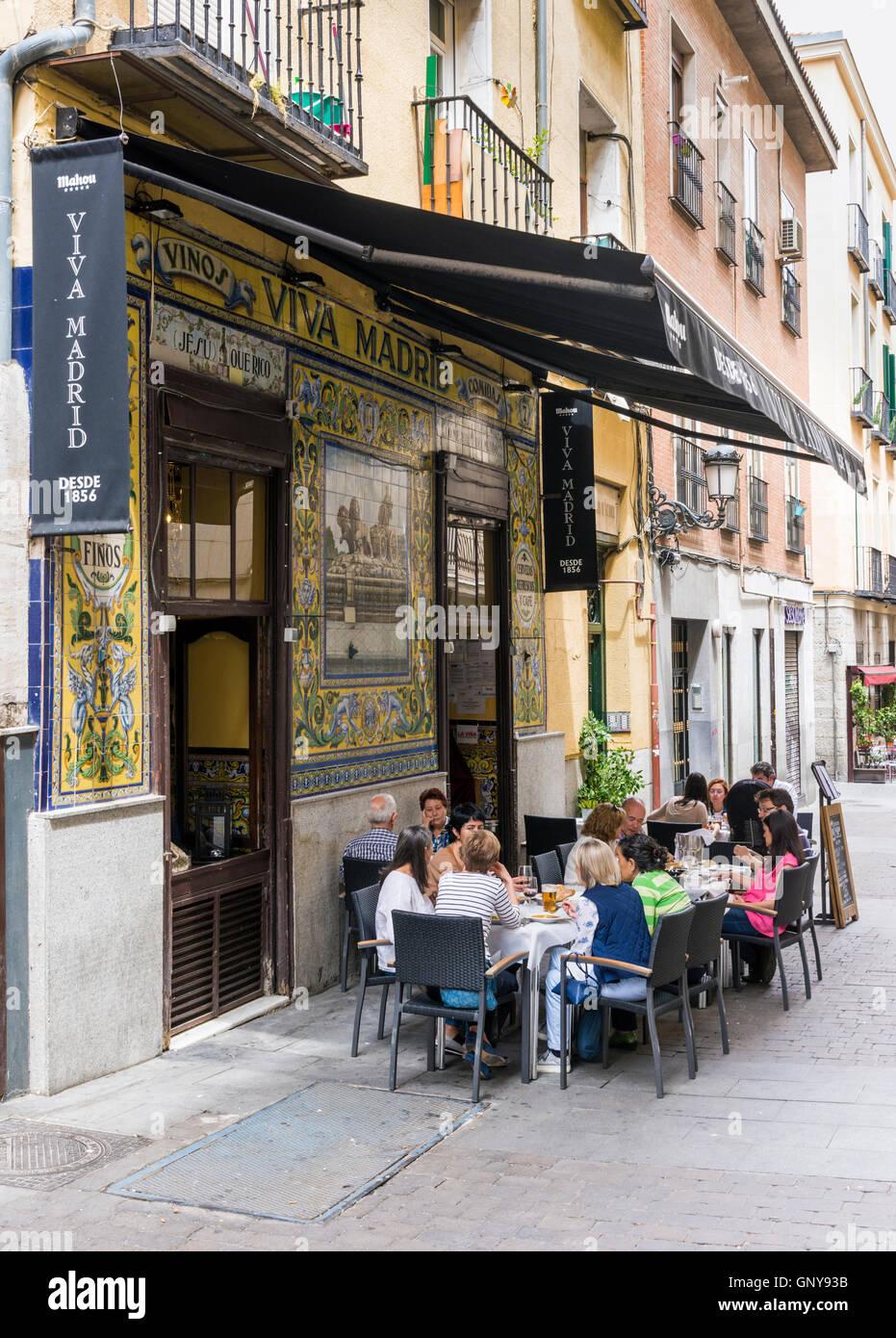 Menschen sitzen vor dem historischen Viva Madrid-Restaurant im Stadtteil Huertas, Madrid, Spanien Stockbild