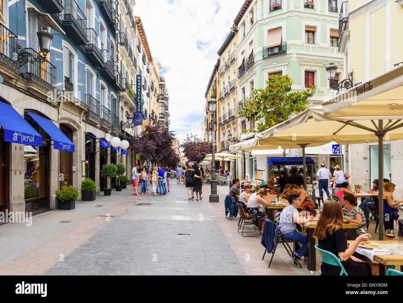 Geschäften und Cafés der Fußgängerzone Plaza del Angel, Madrid, Spanien Stockbild