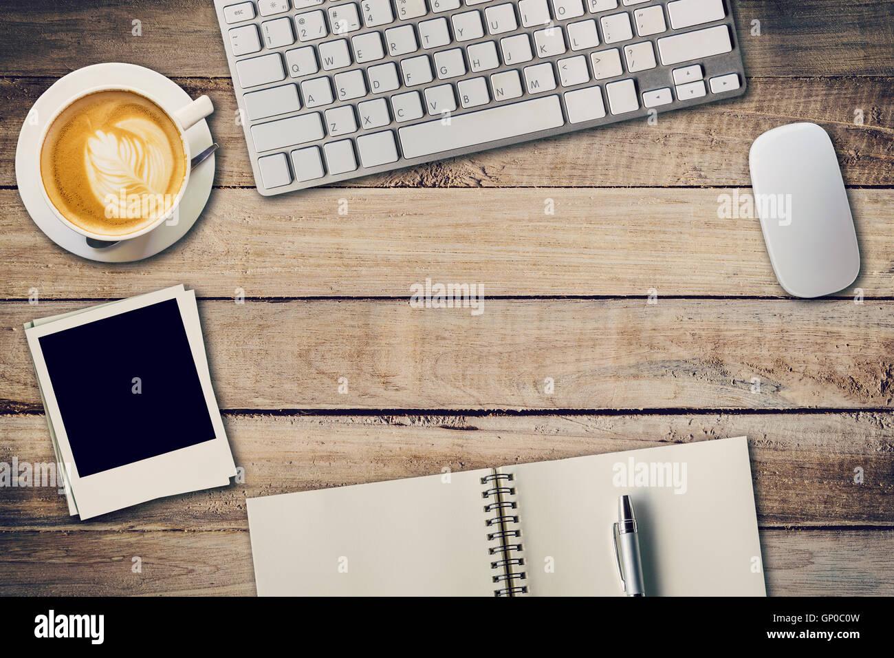 Draufsicht Bürotisch mit Notizblock, Computer und Kaffee Tasse und ...