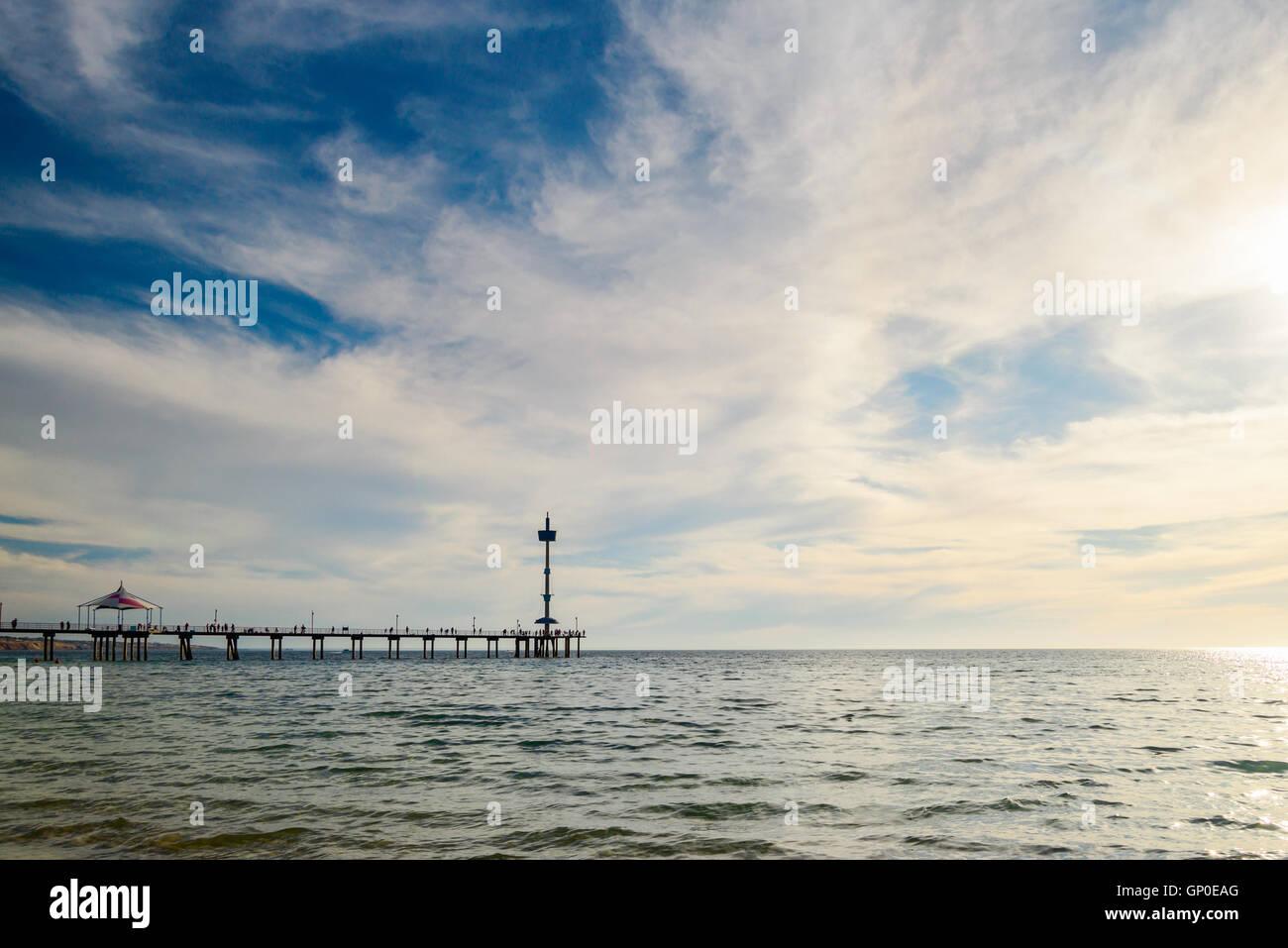 Blick auf Brighton Pier vom Strand entfernt auf einem warmen sonnigen Tag Stockbild