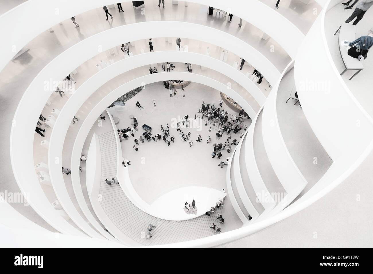 Guggenheim Museum, New York, auf der Suche nach unten Stockfoto