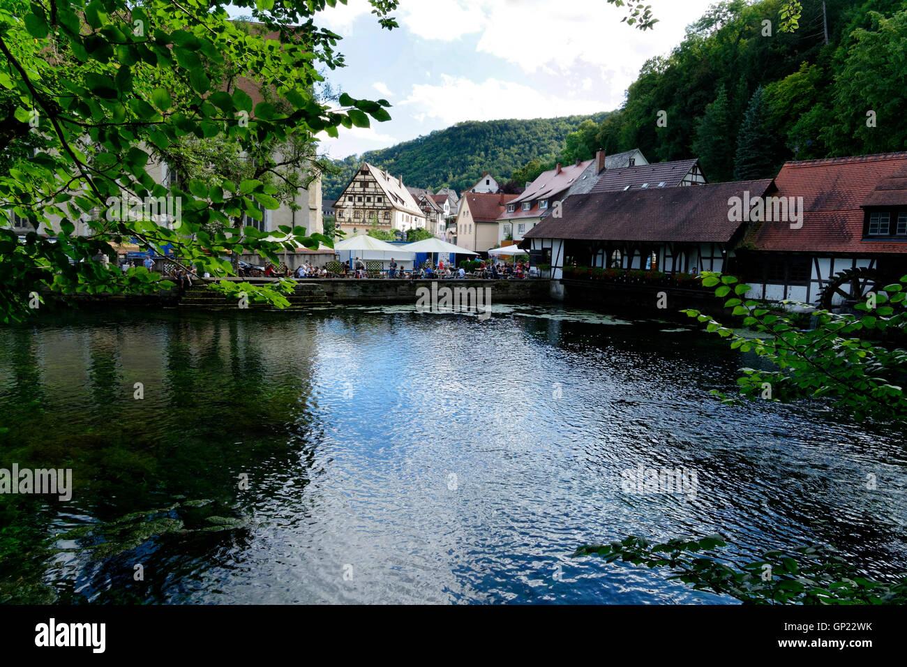 Karstquelle Blautopf und Architektur in Blaubeuren, schwäbischen Alb, Baden-W?rttemberg, Deutschland, Europa Stockbild