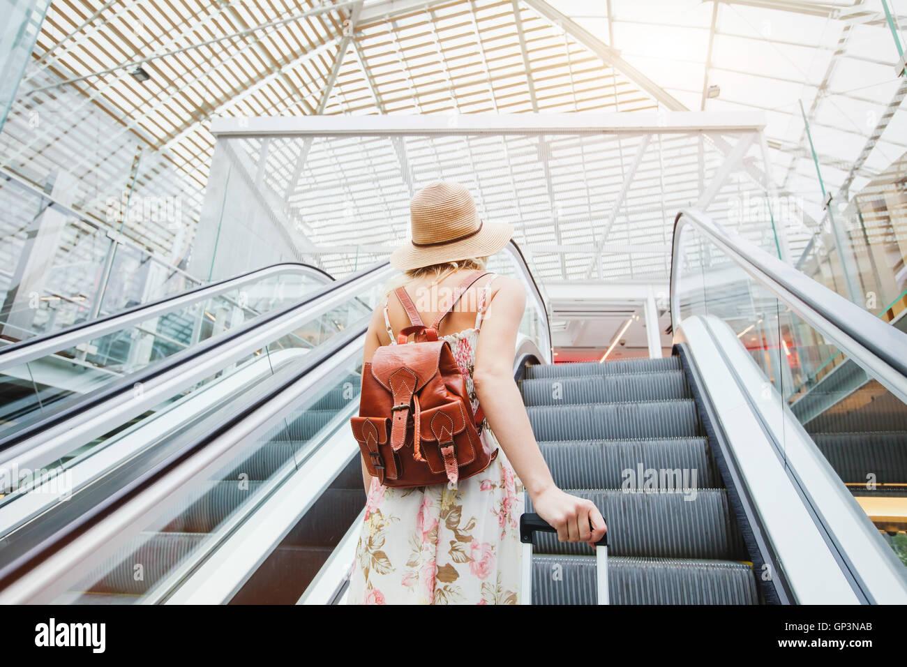 Frau in modernen Flughafen, Reisende mit Gepäck Stockbild