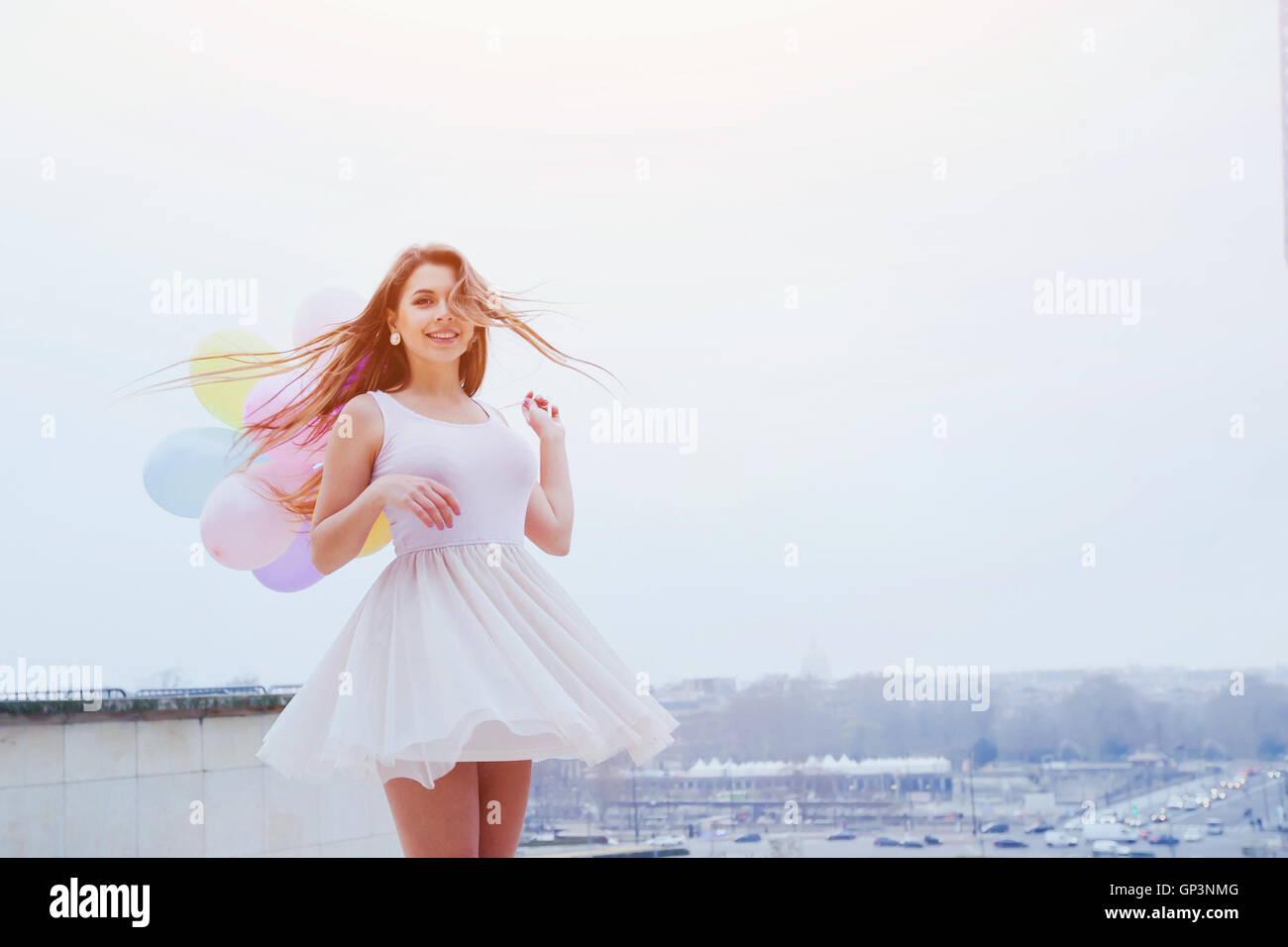 junges Mädchen glücklich Sommer mit bunten Luftballons Stockbild