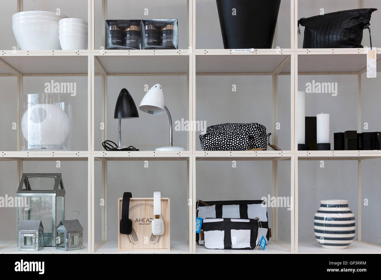 monochrome regal display der schwarzen und wei en geschenke souvenirs lampen vasen im shop im. Black Bedroom Furniture Sets. Home Design Ideas