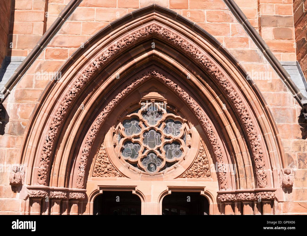 Detailansicht des Fensters und der Bogen über dem Eingang zur Kathedrale von Carlisle, Cumbria, England, UK Stockfoto