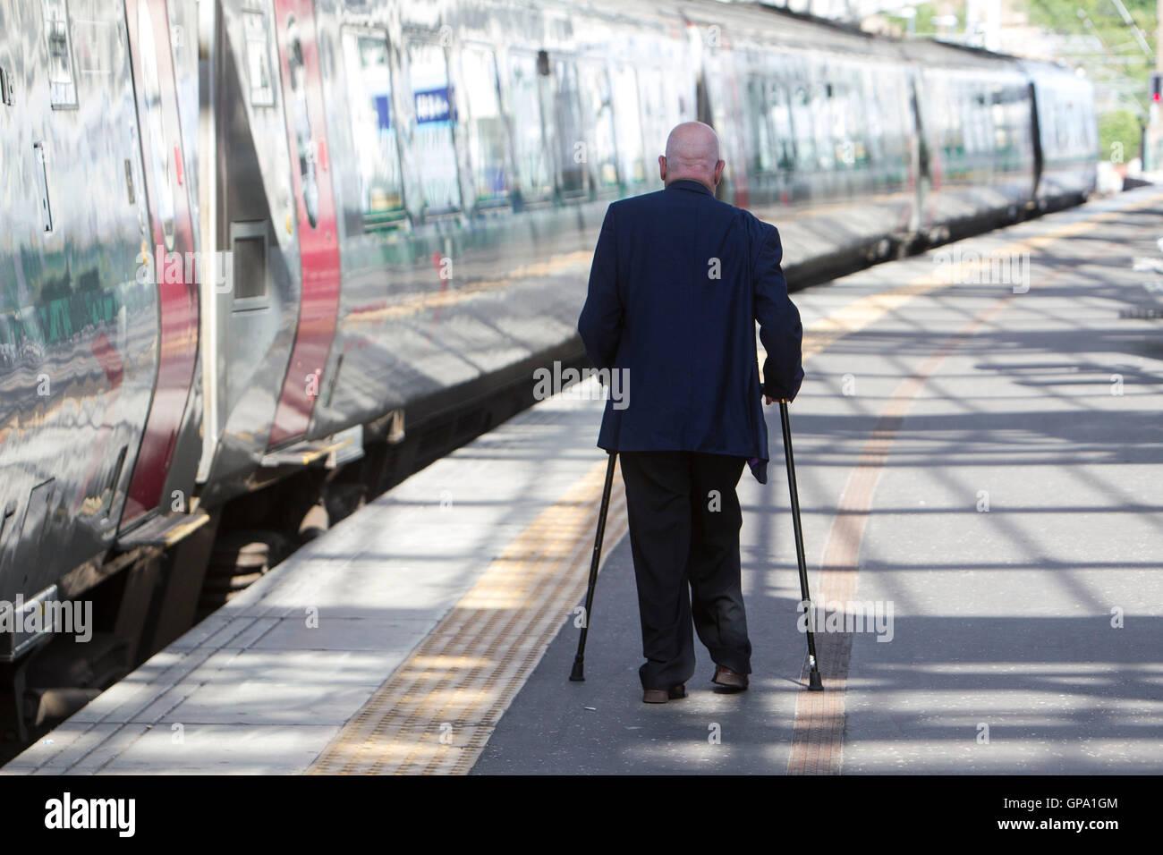 Behinderten Menschen, die mit öffentlichen Verkehrsmitteln Stockbild