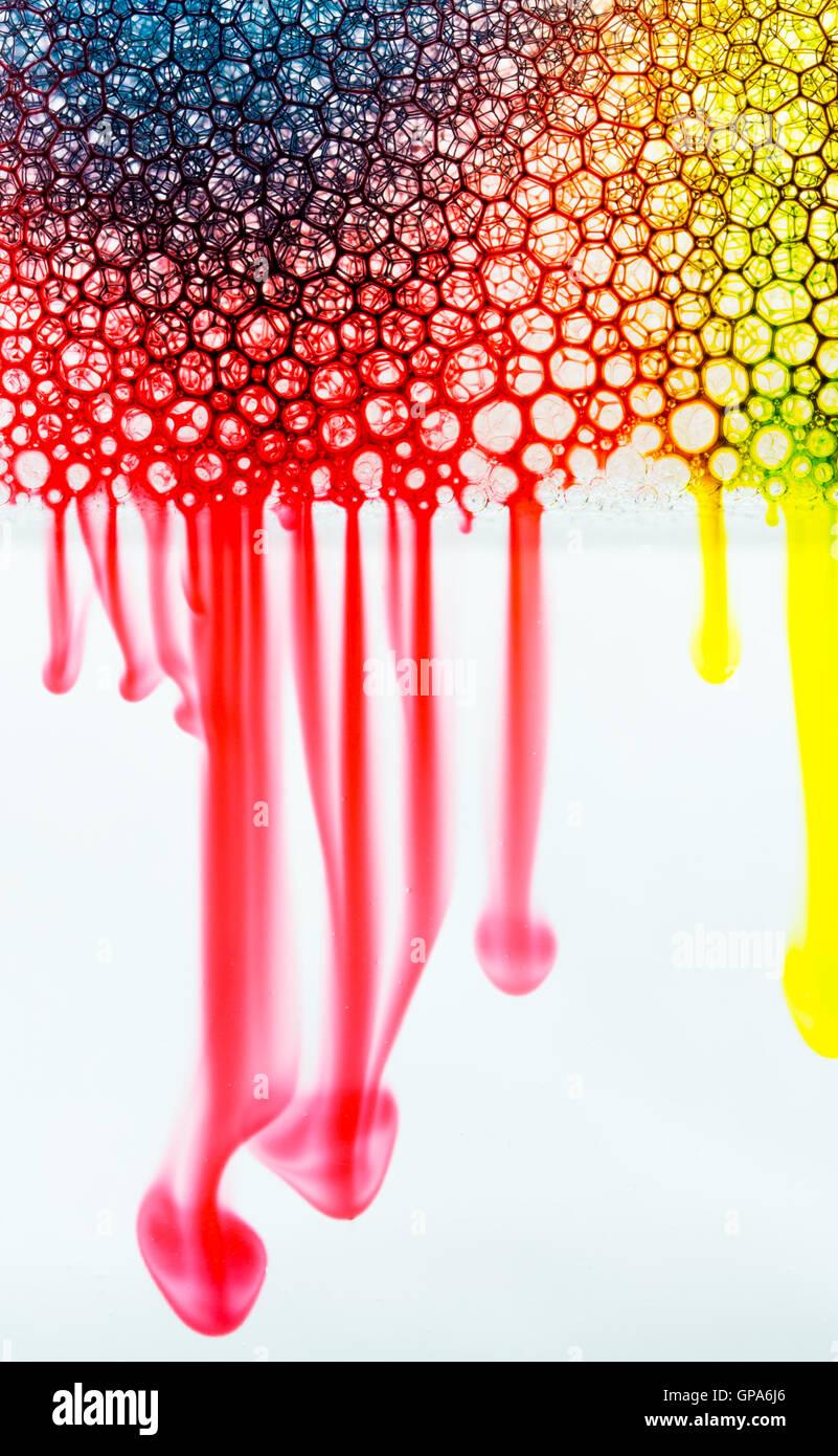 Rote, blaue und gelbe Färbung durch Blasen und Wasser entlang Glas ...