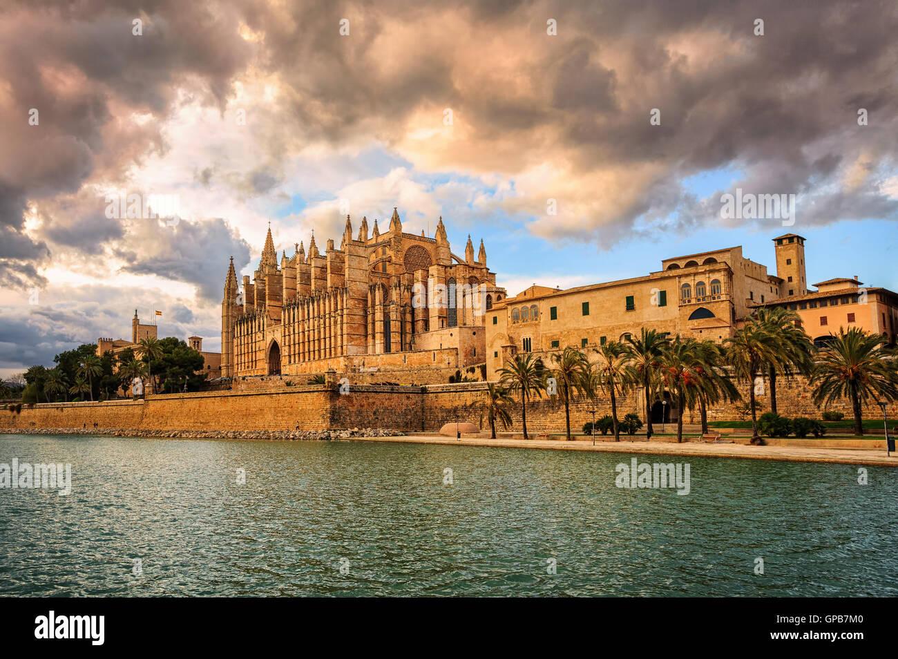 Sonnenuntergang über mittelalterliche gotische La Seu, die Kathedrale von Palma De Mallorca, Spanien Stockbild