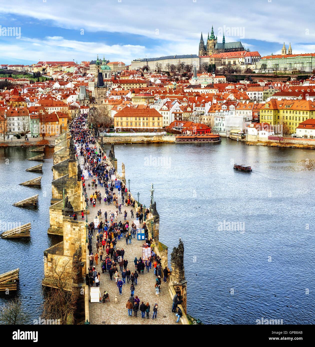 Panorama der Prager Burg, Karlsbrücke, Moldau und roten Dächer der Altstadt, Tschechische Republik Stockbild