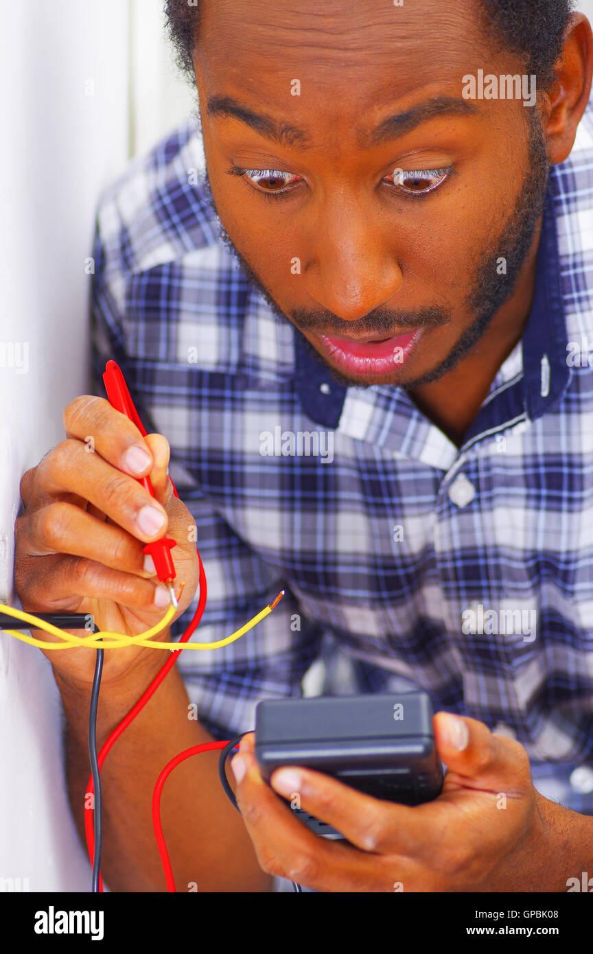 Builder Using Electric Screwdriver Stockfotos & Builder Using ...