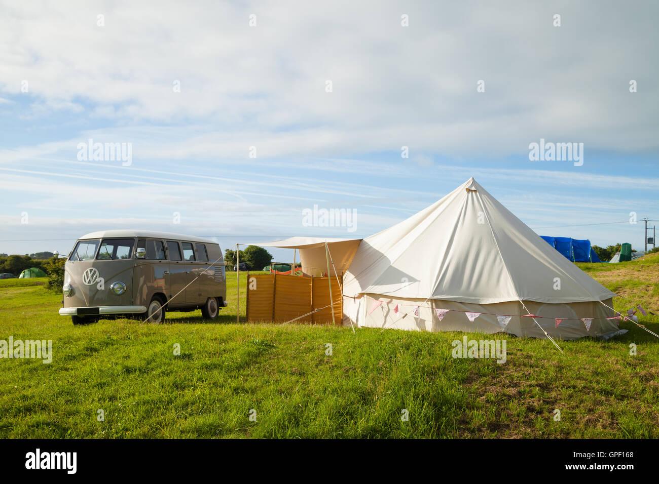 Ein VW Wohnmobil und Zelt in einem englischen Campingplatz. Stockbild