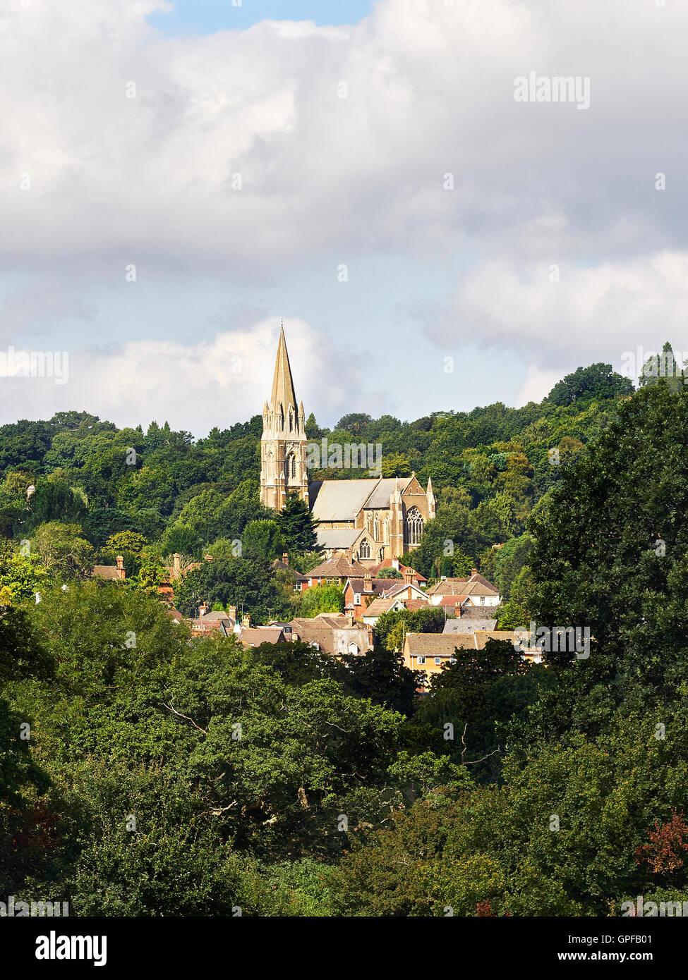 Redhill Surrey Anglikanische St.-Johannis Kirche erbaut, in exponierter Lage auf einem Felsvorsprung der North Downs Stockbild