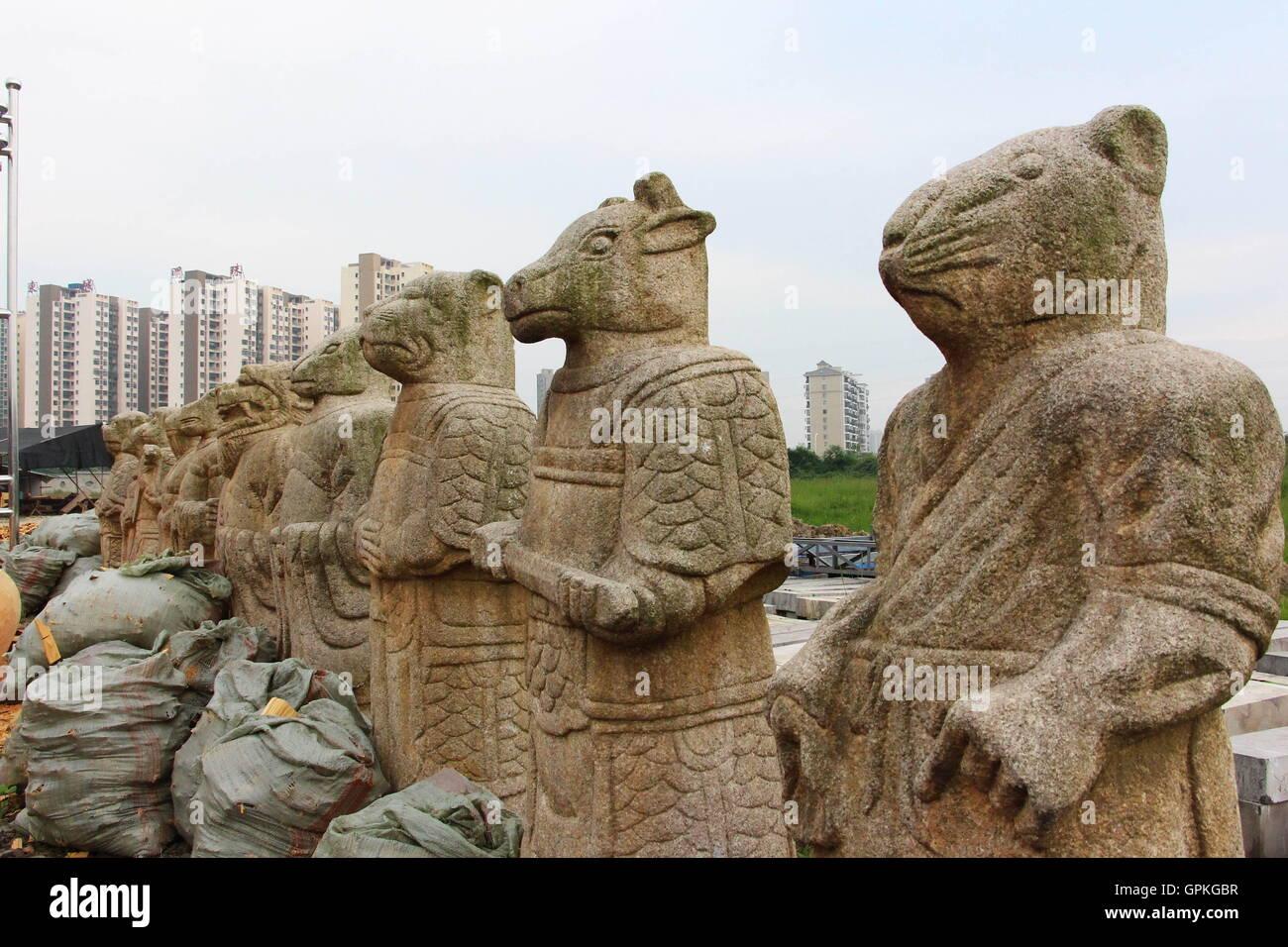 Zwölf alten steinernen Statuen der chinesischen Tierkreiszeichen ...