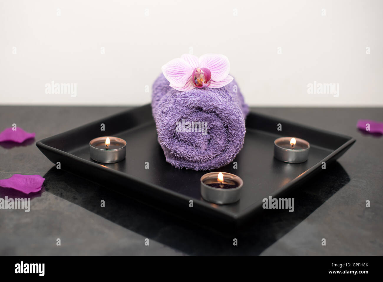 Beauty-Salon-Dekoration im Massageraum, Kerzen, Handtuch und ...
