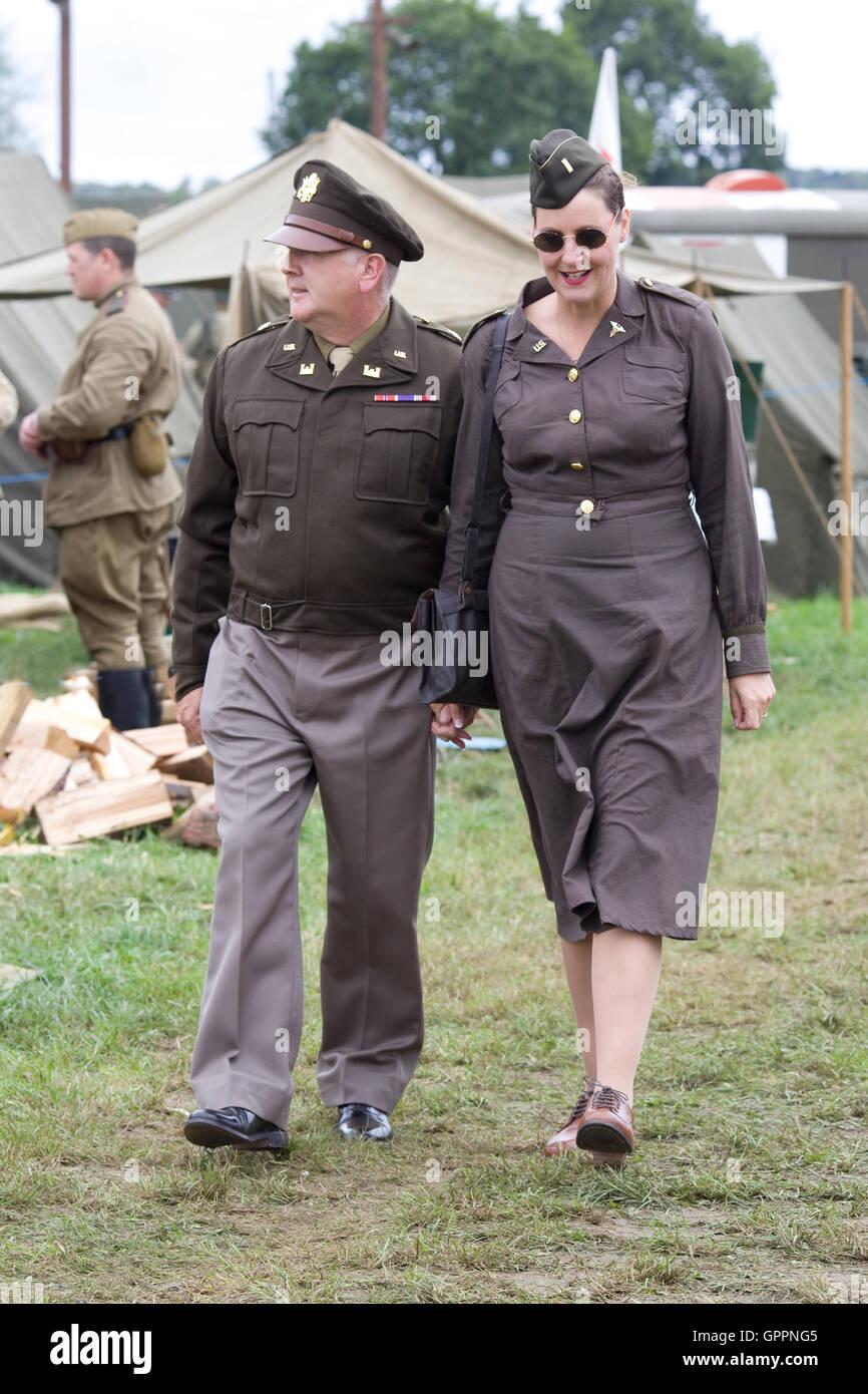 Amerikanischer Offizier mit seinem Mädchen in Krieg zerrissenen England während WW11 Stockbild