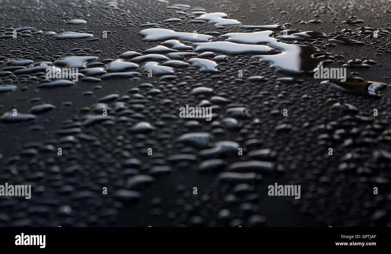 Wassertropfen auf glänzenden Oberfläche nach Regen Stockbild