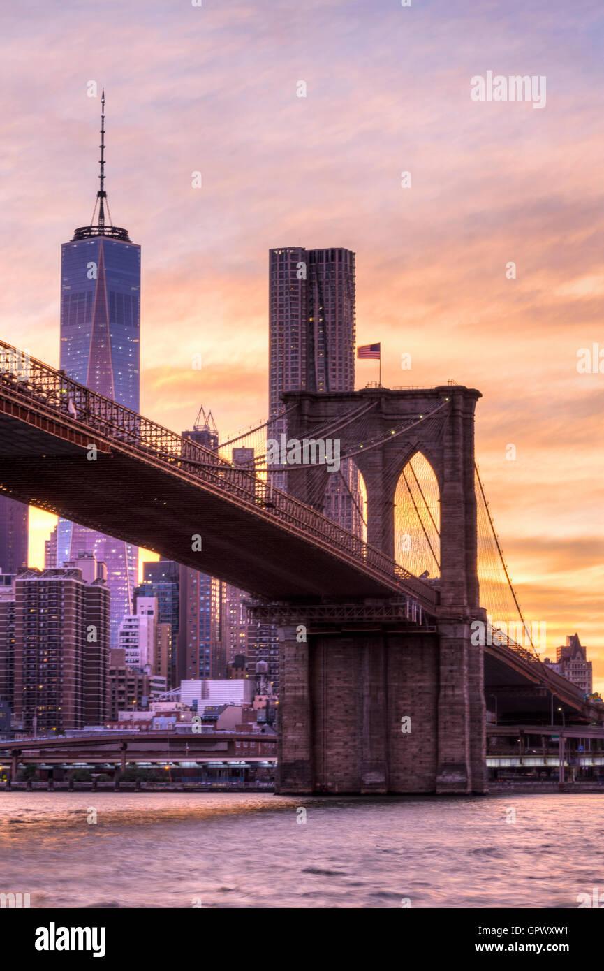 Sonnenuntergang erschossen von der Brooklyn Bridge und One World Trade Center von der Brooklyn-Seite der Brücke Stockbild