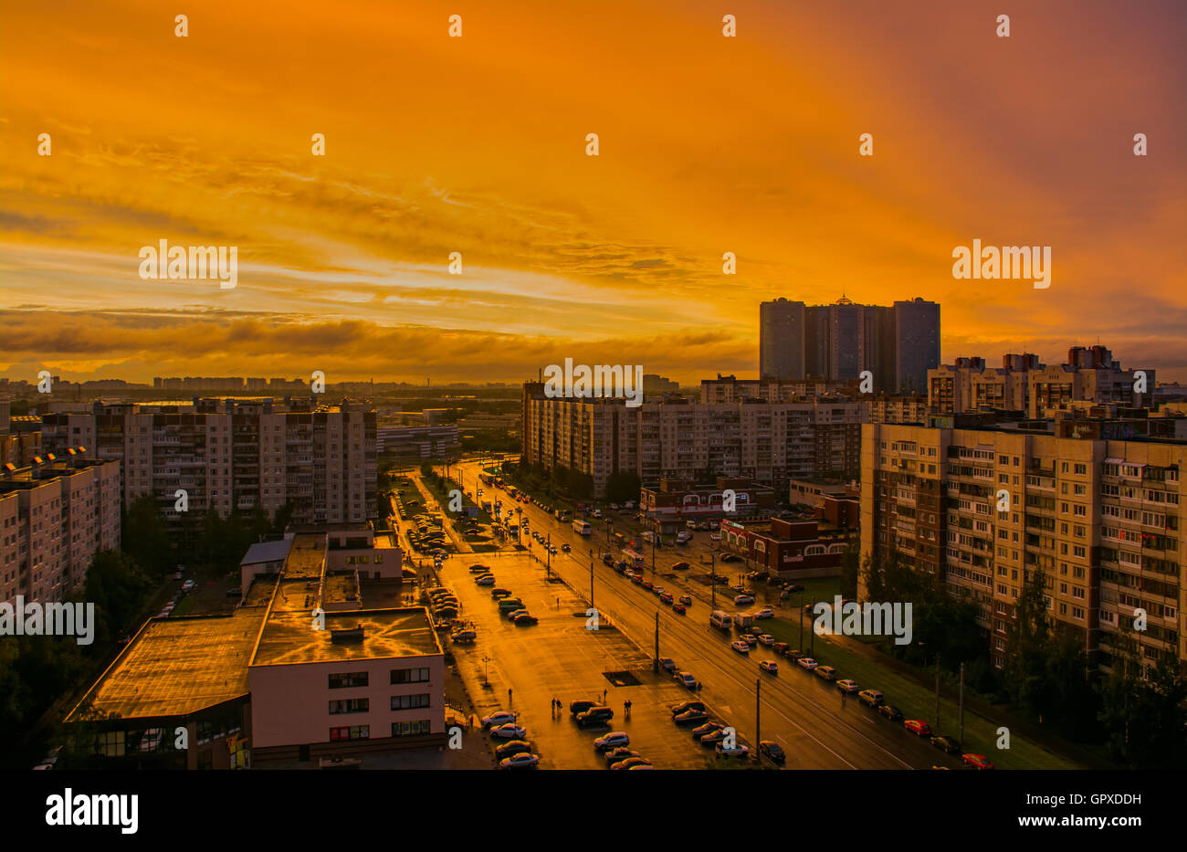 Sonnenuntergang in der Stadt nach Regen Stockfoto