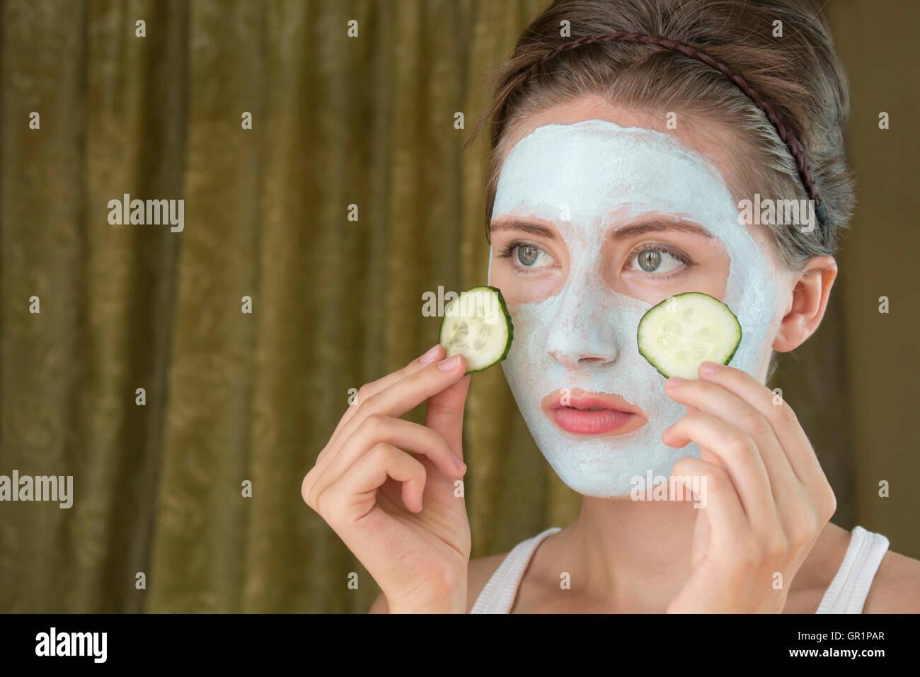 junge Frau kümmert sich um ihren Teint Schichtung Feuchtigkeitscreme Stockbild
