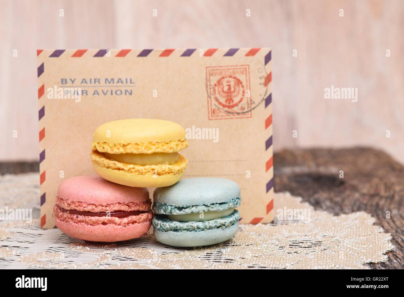 Macarons vor Vintage Umschlag mit Par Avion oder Luftpost Stockbild