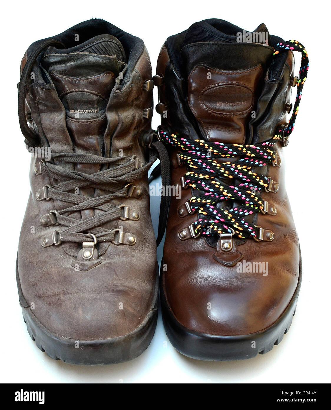 Makeover-Thema und Konzept. Alten schmutzigen Stiefel Vs poliert und machte über Boot mit neuen bunten Schnürsenkeln. Stockbild