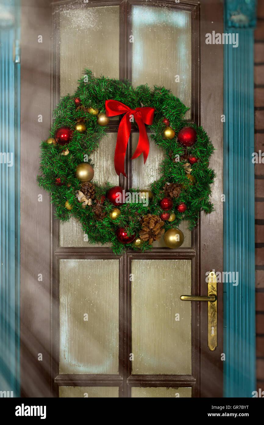 weihnachtskranz an der t r weihnachten und neujahr begr t im zauberhaften urlaub innenraum mit. Black Bedroom Furniture Sets. Home Design Ideas