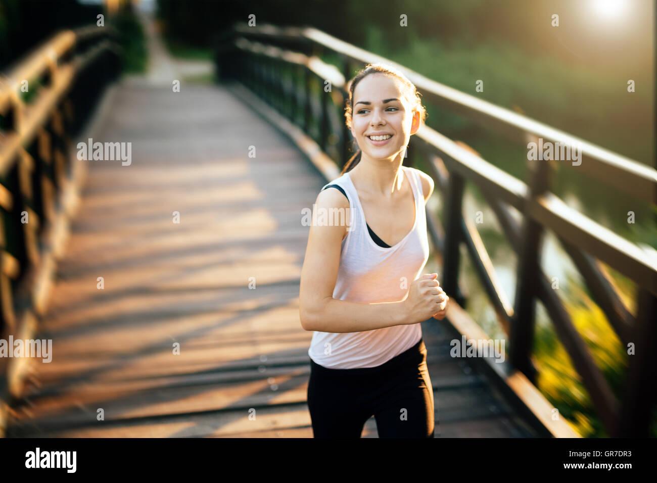 Sportliche Frau, die ein gesundes Leben Stockbild