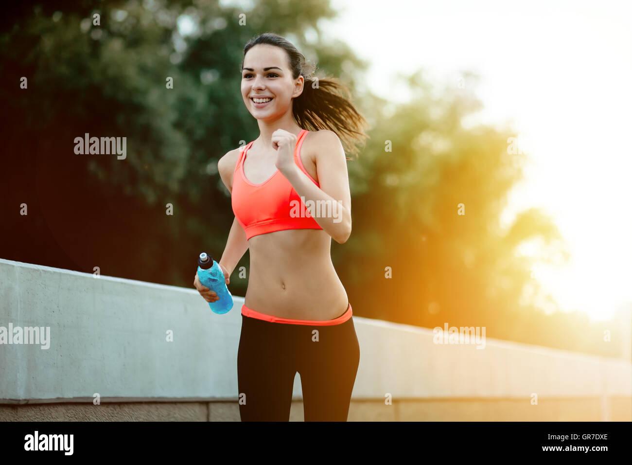 Sportliche Jogger gehen für einen Lauf in urbanen Stadtgebiet Stockbild