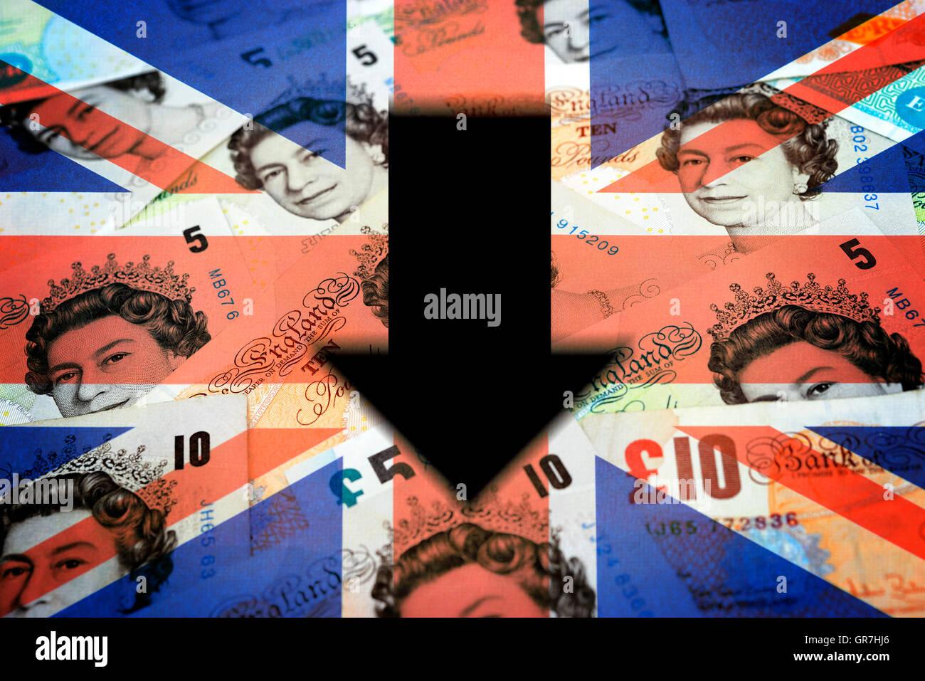 Britische Pfund-Noten und Pfeil nach unten Stockbild