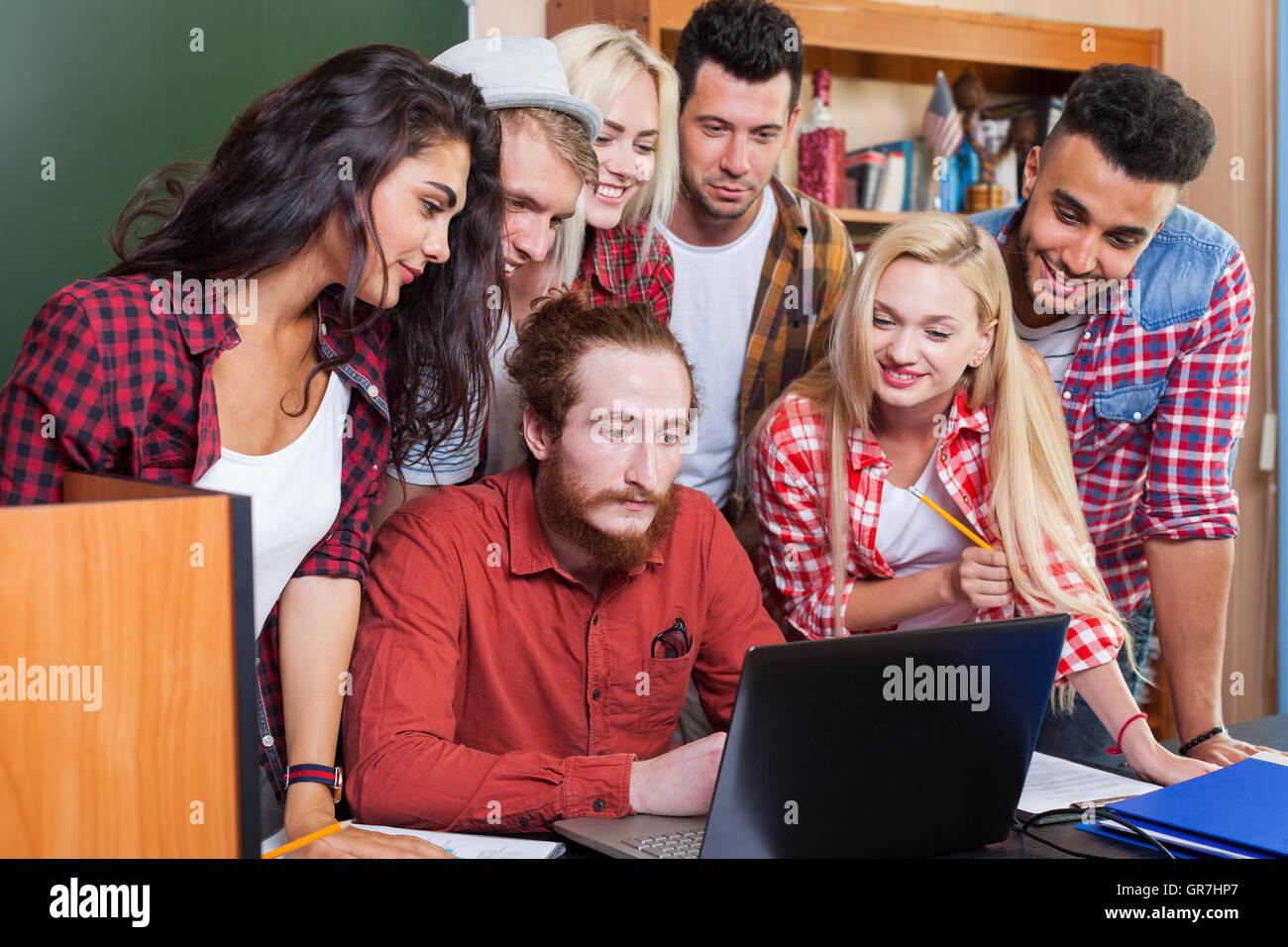 High school sch lergruppe mit professor mit laptop for Schreibtisch jugendliche