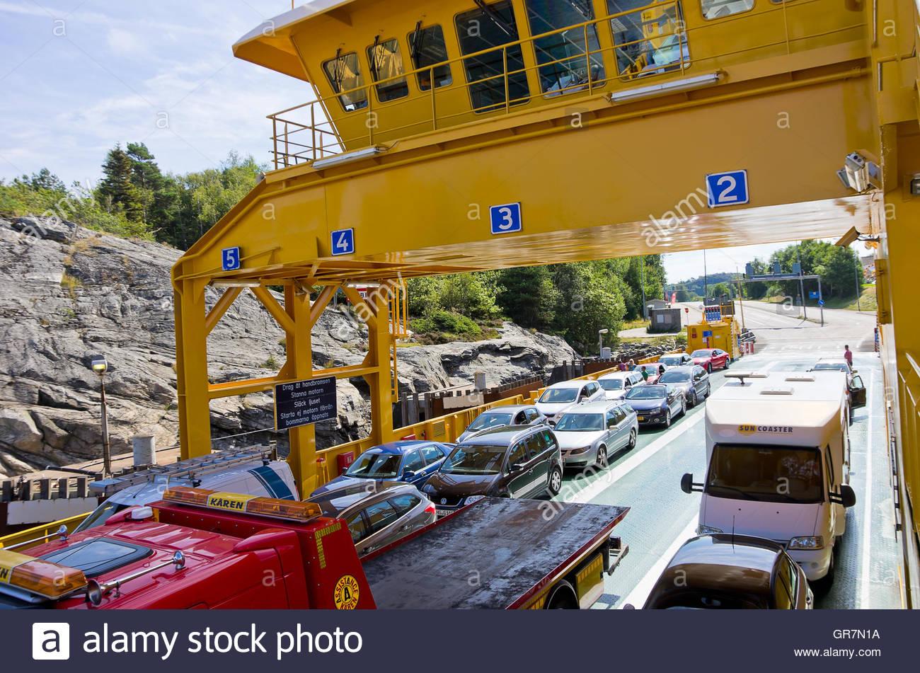 PKW und LKW mit der Fähre zwischen Schären in der Nähe von Lysekil, Bohuslan, Schweden transportiert Stockbild