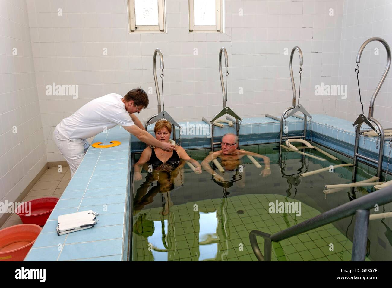Senior Citizen-paar mit Therapeuten In Gewicht-Bad im Spa Cegled Stockbild