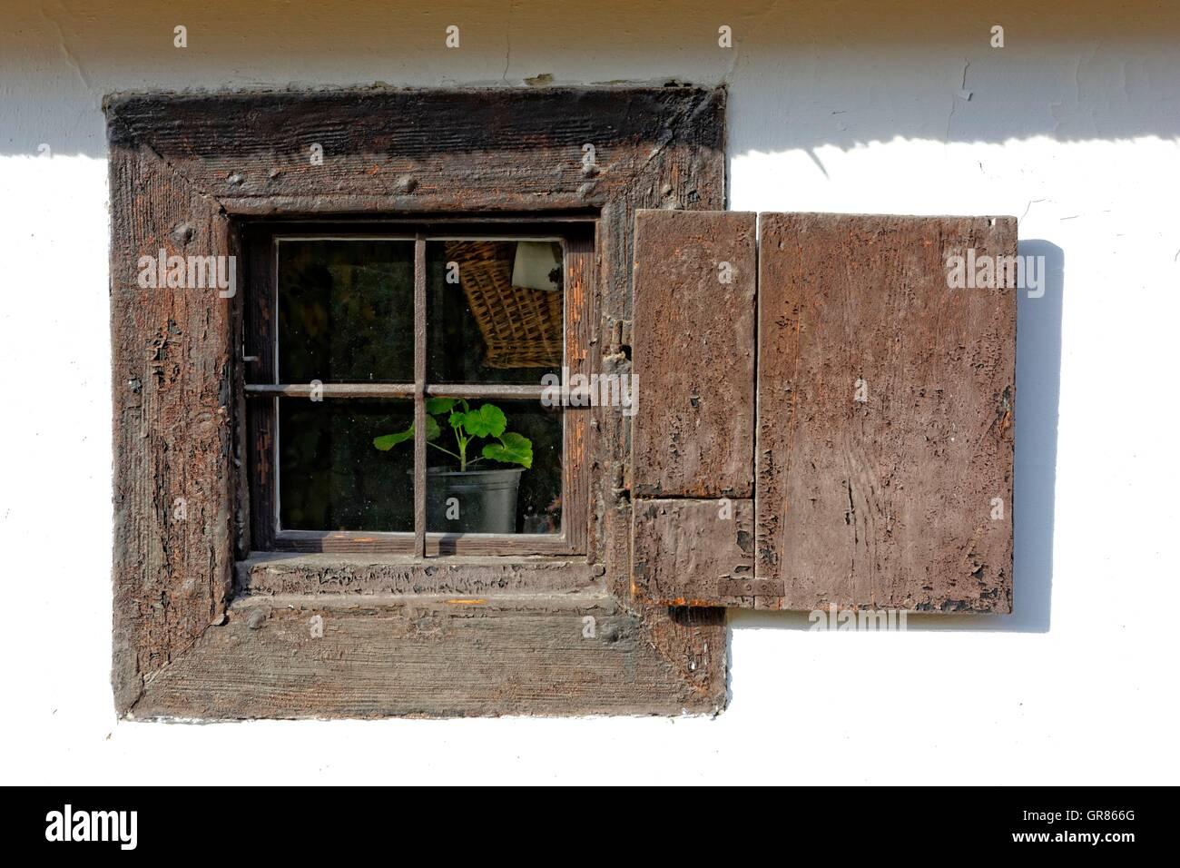 Altes bauernhaus fenster mit fensterl den aus holz stockfoto bild 117579800 alamy - Fenster justieren anleitung mit bildern ...