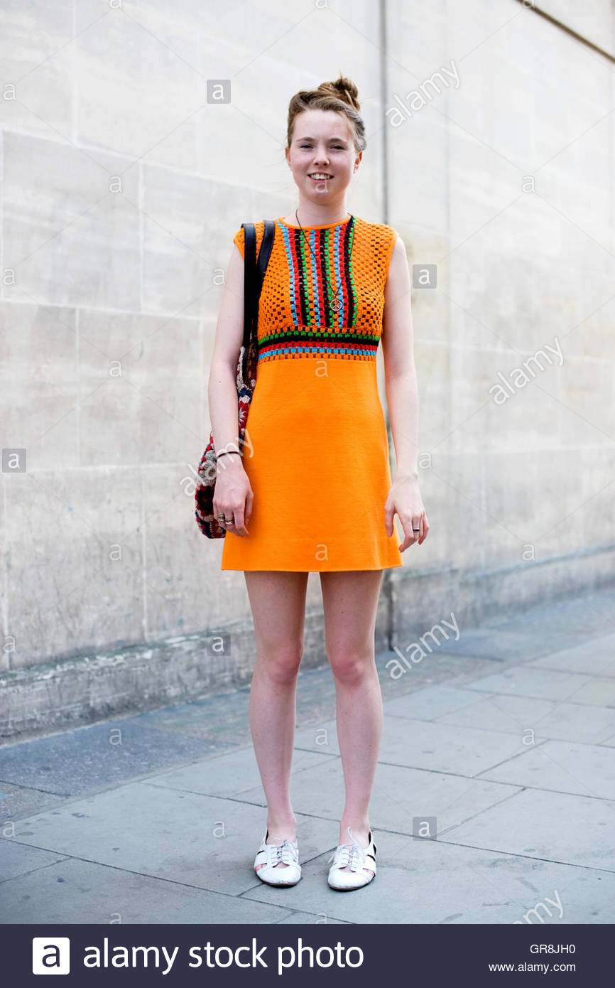 Frau trägt Street Style, Vintage 60er Jahre gestrickt Wollkleid Londoner Oxford Street. Stockbild