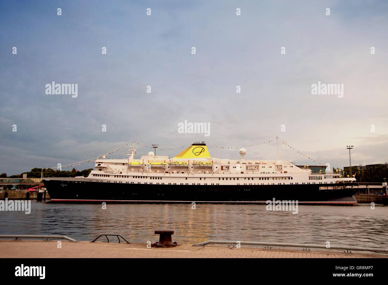 MS-Azoren im Hafen von Kiel Stockbild