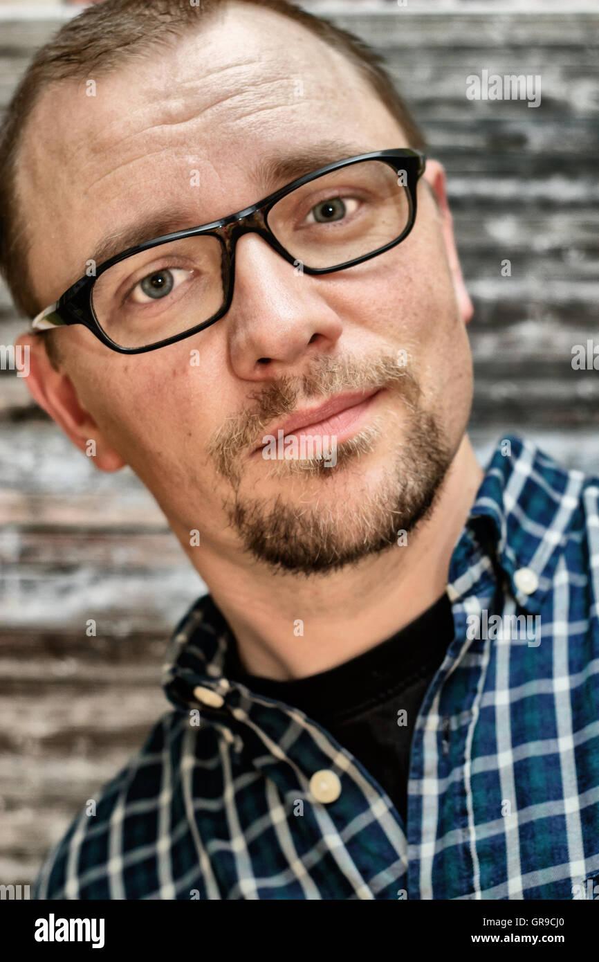 Mann mit schwarzer Brille Stockbild