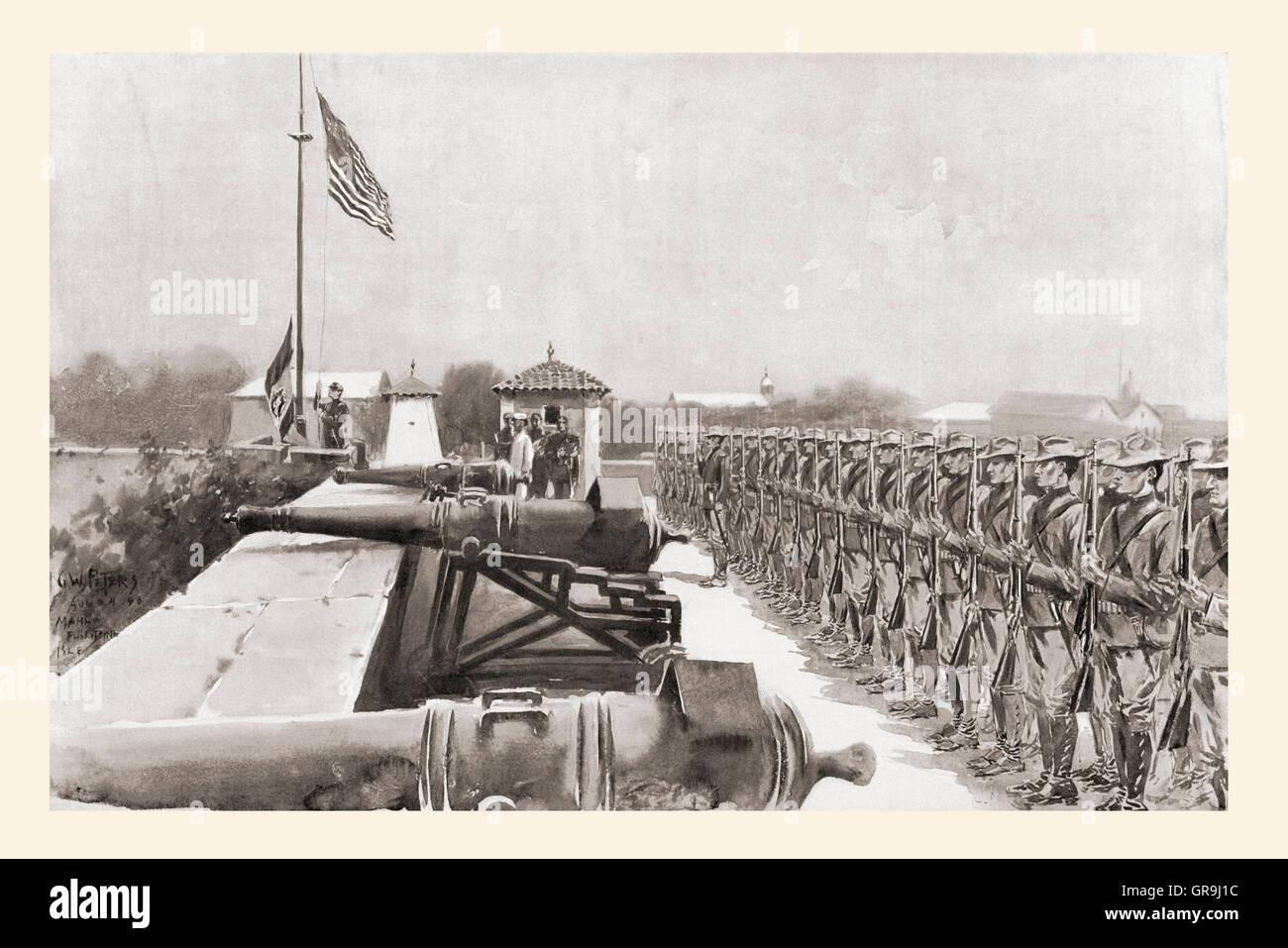 Die amerikanische Flagge hissen, über Fort Santiago, Manila, am Abend des 13. August 1898, was bedeutet Beginn Stockbild