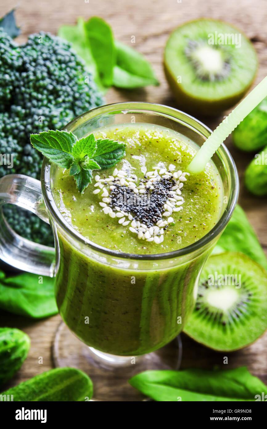 Grüne Gemüse und Kräuter Smoothie mit Herz aus Mohn und Sesam. Liebe gesunde Rohkost-Konzept. Stockbild