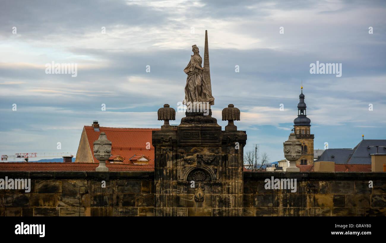 Niedrigen Winkel Ansicht der Statue gegen bewölktem Himmel auf dem Domplatz Platz Stockbild