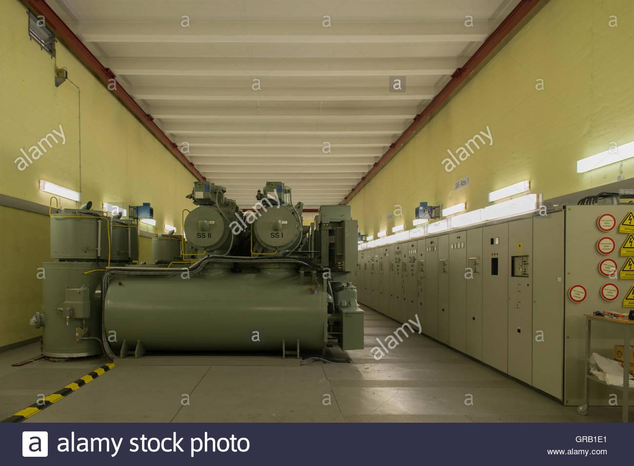 Gasisolierte starke Stromleitungen In einem Umspannwerk Stockbild