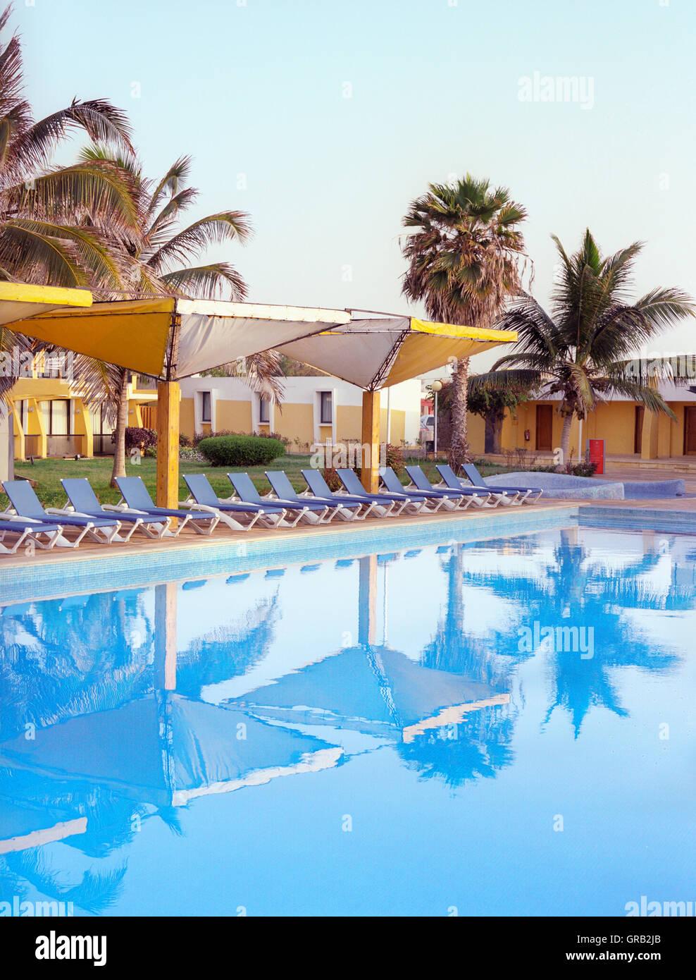 Sonnenaufgang am Hauptpool im Oasis Atlantico Hotel. Praia, Ilha de Santiago, Kapverdische Inseln, Afrika. Stockbild