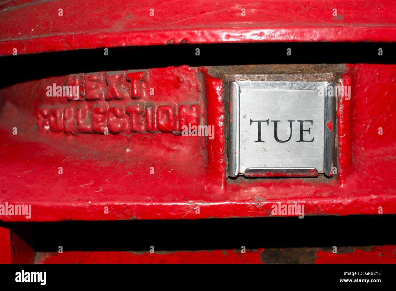 Dienstag nächste Sammlung Platte auf roten Briefkasten, UK Stockbild