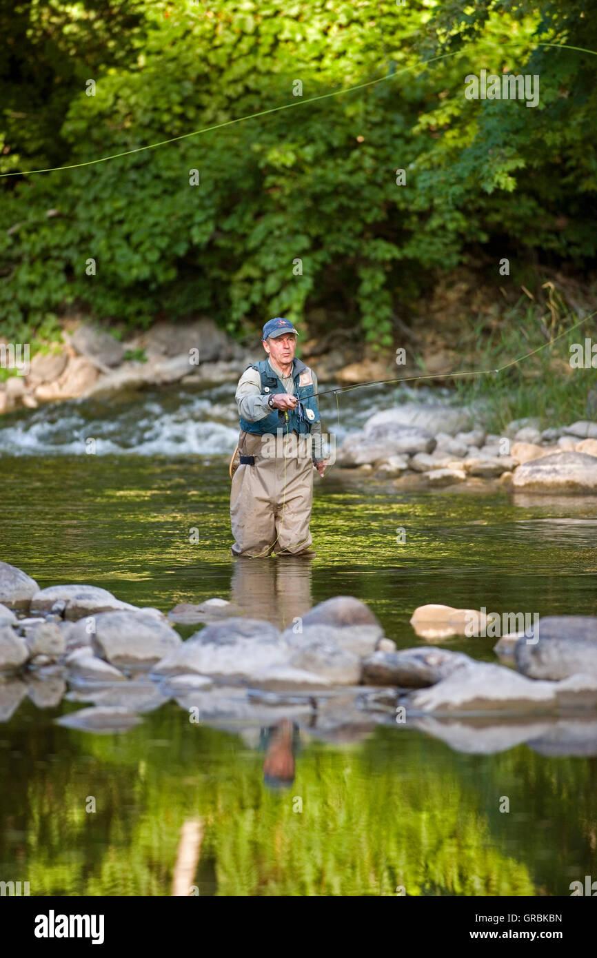 Mann-Fliegenfischen in Fluss, Nordamerika, Kanada, Ontario Stockbild