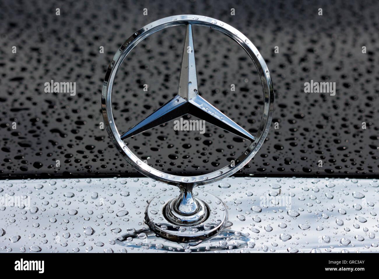 Mercedes-Benz Stern Logo auf einem regnerischen Motorhaube