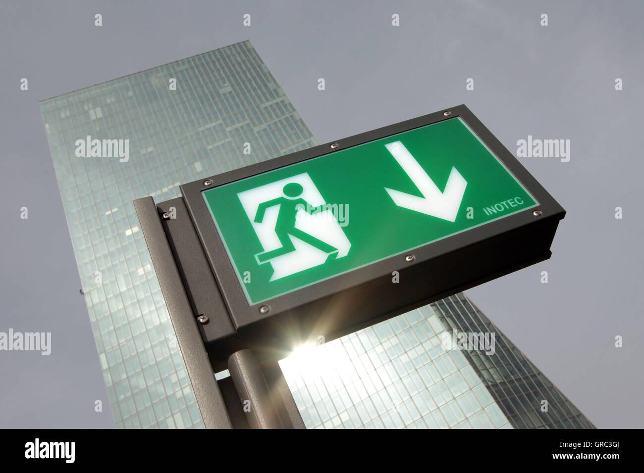 Notfall Ext Schild mit EZB-Europäische Zentralbank-Hochhaus Stockbild