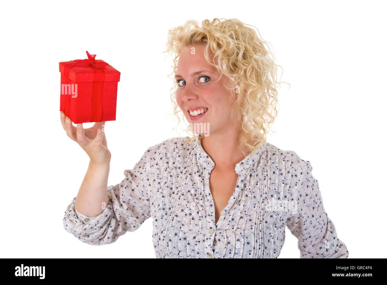 Junge Frau mit einer roten Geschenkbox Stockbild